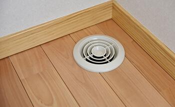 各所にある床面排気口で匂いもハウスダストも排出